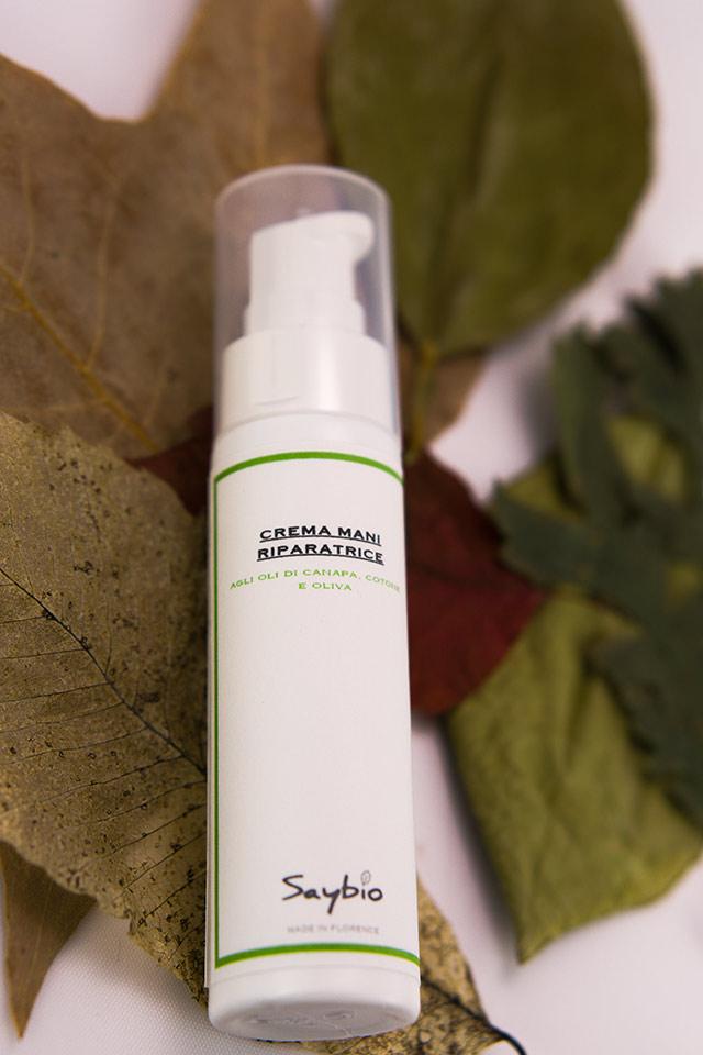 crema mani saybio su letto di foglie